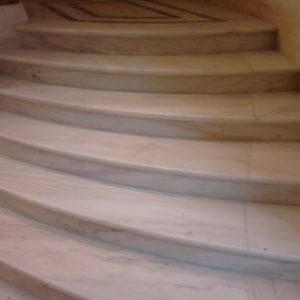 1.-Ruskicai-márvány-íves-lépcső-400x284
