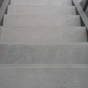 Szürke műkő lépcső