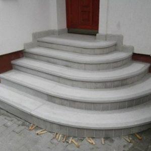 Szürke negyedkörös műkő bejárati lépcső