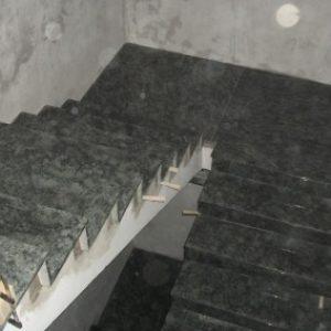 6.-Olive-Green-gránit-lépcsőház-400x284
