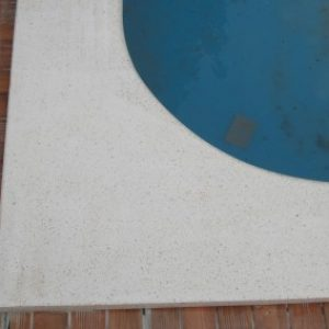 Fehér műkő medence sarokelem