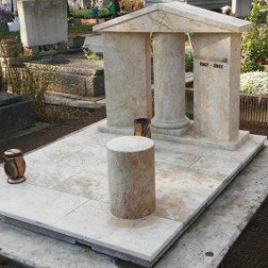 Süttői mészkő kripta családi sírbolt