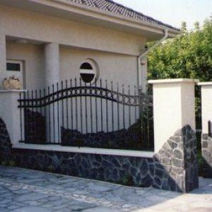 Terméskőburkolatos kerítés